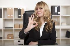 Onderneemster die een perfect gebaar maken royalty-vrije stock foto's