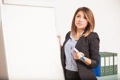 Onderneemster die een presentatie met een tikgrafiek geven Stock Afbeeldingen