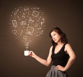 Onderneemster die een witte kop met sociale media pictogrammen houden Stock Afbeeldingen