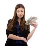 Onderneemster die geld bekijkt Stock Foto's
