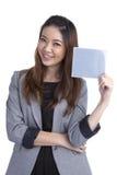 Onderneemster die grijs leeg teken houden Stock Fotografie