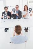 Onderneemster die haar gespreksclassificatie krijgen Stock Foto