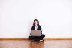 Onderneemster die haar laptop met behulp van Stock Fotografie