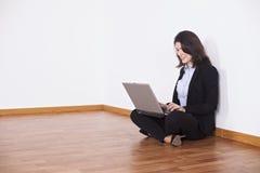 Onderneemster die haar laptop met behulp van Stock Foto