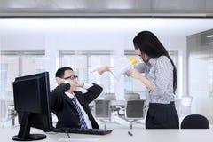 Onderneemster die haar mannelijke werknemer berispen stock fotografie