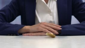 Onderneemster die hand op cryptocurrencymuntstuk zetten, virtueel inkomens modern bankwezen stock video