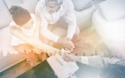 Onderneemster die handdruk met een zakenmanzitting doen op bank royalty-vrije stock fotografie