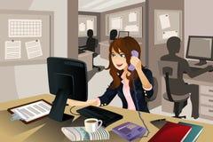 Onderneemster die in het bureau werkt Royalty-vrije Stock Afbeeldingen