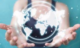 Onderneemster die het digitale de interface van de wereldkaart 3D teruggeven gebruiken Royalty-vrije Stock Foto