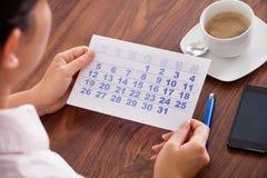 Onderneemster die in kalender merken stock fotografie