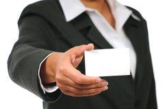 Onderneemster die in kostuum leeg adreskaartje houdt Royalty-vrije Stock Foto's