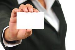 Onderneemster die in kostuum leeg adreskaartje houdt Royalty-vrije Stock Foto