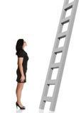Onderneemster die ladder bekijkt. stock foto