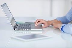 Onderneemster die laptop en tablet-PC met behulp van Royalty-vrije Stock Foto