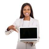 Onderneemster die laptop het scherm voorstellen Stock Afbeeldingen