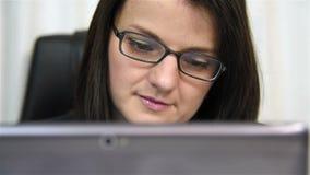 Onderneemster die laptop met behulp van stock videobeelden