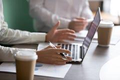Onderneemster die laptop met behulp van die projectrapport voorleggen bij zaken royalty-vrije stock foto's