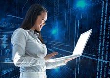 Onderneemster die laptop met binaire codes op achtergrond met behulp van Stock Afbeeldingen