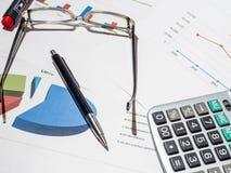 Onderneemster die met financiële rapporten werkt Stock Afbeeldingen