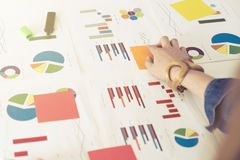 Onderneemster die met grafieken en grafieken werken Bedrijfsconcept, stock afbeelding