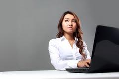 Onderneemster die met laptop werkt stock afbeeldingen