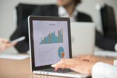 Onderneemster die met statistisch verslag bij team samenkomen werken royalty-vrije stock afbeeldingen