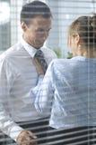 Onderneemster die met zijn collega in bureau flirten royalty-vrije stock foto's