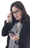 Onderneemster die mobiele telefoon kijken Royalty-vrije Stock Fotografie