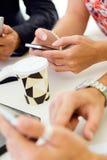 Onderneemster die mobiele telefoon met behulp van op een vergadering Royalty-vrije Stock Foto's