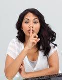 Onderneemster die om stilte vraagt stock foto