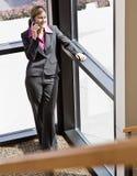 Onderneemster die op celtelefoon spreekt royalty-vrije stock afbeelding