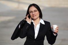 Onderneemster die op de telefoon spreekt Royalty-vrije Stock Foto