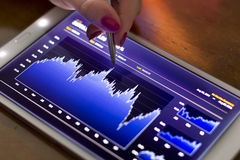 Onderneemster die op digitale tablet richten Stock Fotografie
