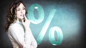 Onderneemster die op grote virtuele percenten kijken Stock Afbeelding