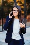 Onderneemster die op mobiele telefoon gillen Het hebben van zenuwinstorting bij werk, die in woede, geestelijk spanningsbeheer he stock afbeeldingen