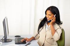 Onderneemster die op telefoon converseert Royalty-vrije Stock Foto