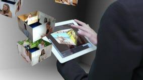 Onderneemster die tablet gebruiken aan meningsmontering van levensstijlklemmen stock video