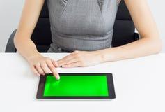 Onderneemster die tabletcomputer met behulp van Stock Foto's