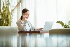 Onderneemster die telefoongesprek maken royalty-vrije stock afbeeldingen