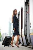 Onderneemster die trein met koffer ingaan royalty-vrije stock foto's