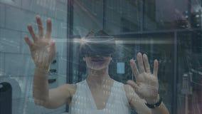 Onderneemster die virtuele werkelijkheidshoofdtelefoon met behulp van stock videobeelden