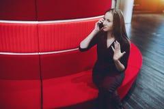 Onderneemster die vraag via smartphone in bureau hebben royalty-vrije stock foto's