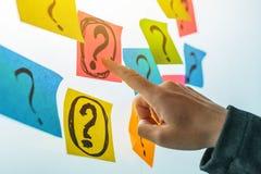 Onderneemster die vragen en uitdagingen stellen royalty-vrije stock afbeelding