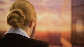 Onderneemster die in wanhoop, ontbroken opstarten, faillissement en schuldenconcept schreeuwen stock video