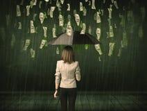 Onderneemster die zich met paraplu in de regenconcept van de dollarrekening bevinden royalty-vrije stock afbeelding
