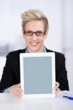 Onderneemster Displaying Digital Tablet bij Bureau royalty-vrije stock foto