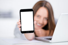 Onderneemster Displaying Smart Phone met het Lege Scherm stock fotografie