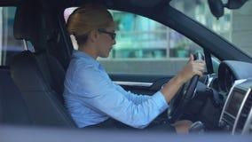 Onderneemster drijfvoertuig, automobiele breuk, noodzaak van de autodienst stock footage
