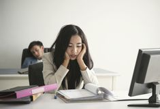 Onderneemster en ongelukkig voor het werk in het bureau wordt beklemtoond dat levensstijlspanning royalty-vrije stock afbeelding