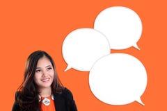 Onderneemster en praatjebellen op oranje achtergrond Stock Afbeelding